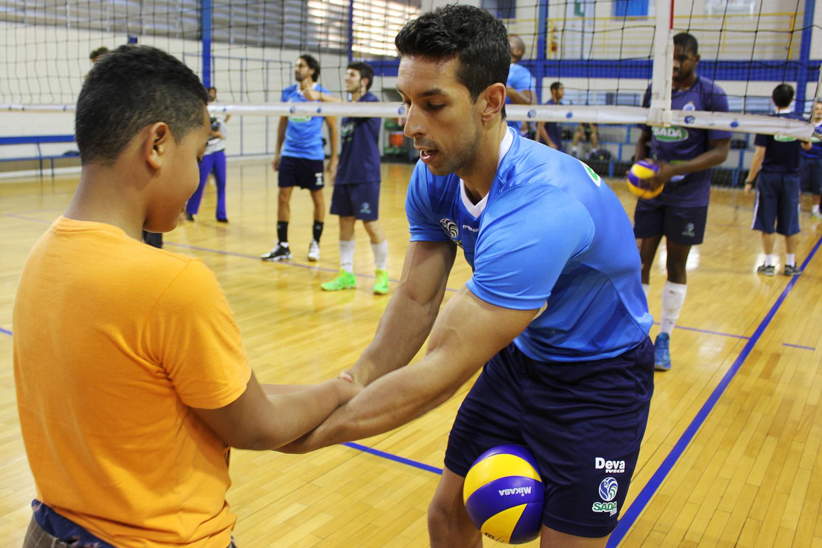 fa41208146381 Crianças de projeto social batem bola com os jogadores do Sada Cruzeiro