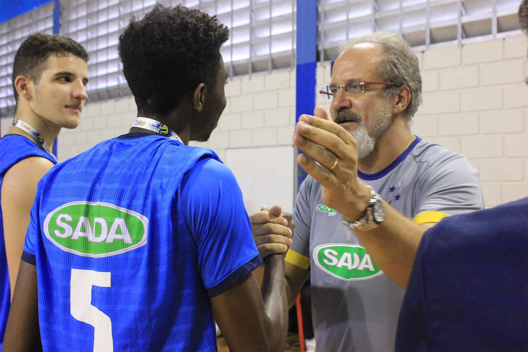 """c9c0cbce4 Luigi e os demais campeões receberam as medalhas das mãos do comandante  Marcelo Mendez. """""""